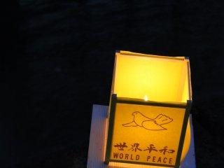 Une lanterne solitaire sur la rivière