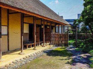 La maison est construite dans le style architectural typique de la période Edo