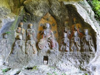The statues to the side of the center one are the ten kings, who sit in judgement of souls