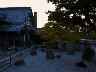 """El jardín frontal, donde las rocas son dispuestas en forma de la letra china para """"luz"""""""