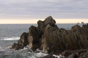 Formação rochosa na praia de rochas, acessível a partir de qualquer um dos parques de campismo