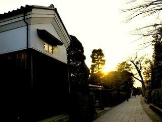 Matahari sore menyinari bangunan kuil