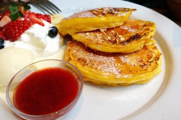 Strawberry and Banana French Pancake > เมนูยอดนิยมอันดับ 1 ของร้านj.s.pandcake ร้านสุดเท่ของแบรนด์ดังอย่างJournal Standard