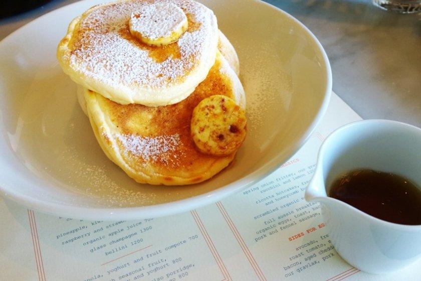 Ricotta Hotcakes, Fresh banana and Honeycomb butter > เมนูแพนเค้กที่ชื่อดังระดับโลกของร้าน Bills ซึ่งเสิร์ฟแพนเค้กเนื้อนุ่มหอมกรุ่นที่มากับเนยhoneycomb butter ตามแบบฉบับสูตรพิเศษของBill Granger เชฟชาวออสซี่อันเลื่องชื่อซึ่งเป็นเจ้าของร้านนั่นเอง