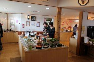 野菜百楽店内。サラダテーブル