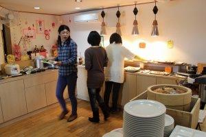 そば、うどん、ご飯、パスタのほか、天ぷらやグラタンなど温かい料理のコーナー