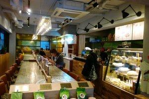 บรรยากาศกลิ่นอายฮาวายภายในร้าน HONOLULU COFFEE สาขาโอโมเตะซานโด