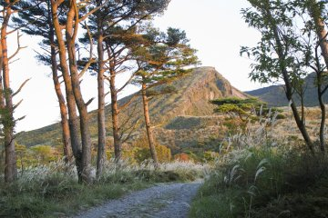 Mt. Karakuniseen from betweenRokukannonPond and Fudou Pond