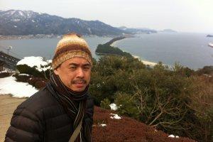 นักท่องเที่ยวนิยมขึ้นมาถ่ายรูปที่จุดชมวิวบน Amanohashidate View Land
