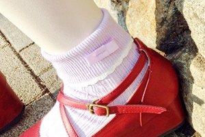 ถุงเท้าริบบิ้นสีพาสเทลม่วงอ่อนจับคู่กับรองเท้าสไตล์สาวเกิร์ลลี่ ได้ลุคสาวหวานน่ารักสุดๆ