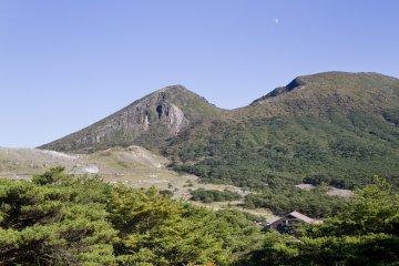 황량한 이오산(왼쪽)과 카라쿠니산(오른쪽) 절경