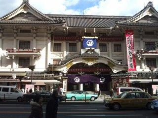 改装前の第4代目歌舞伎座。改築工事開始まで残り84日、と掲示されている