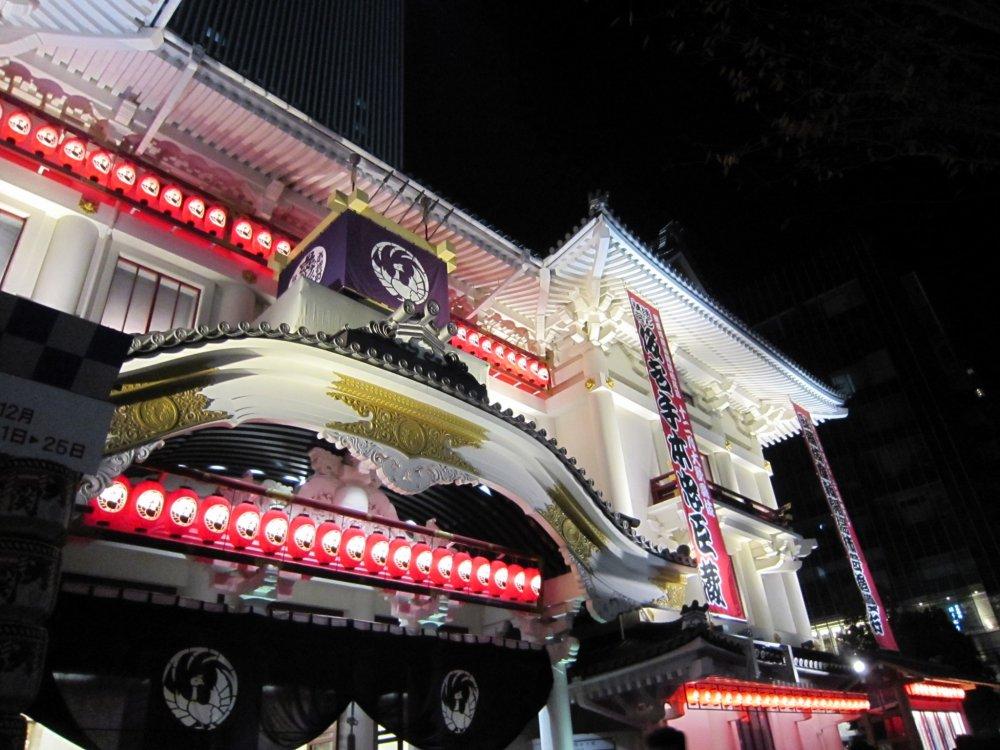 夜の新歌舞伎座、背後の歌舞伎座タワーはライトアップされていないため見えない