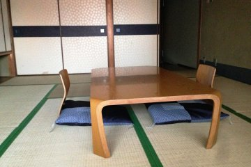 <p>The larger rooms, such as those ending in numbers 1 to 6, have a Japanese Tatami room as well as large windows facing the canal.</p>