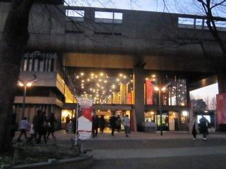 황혼때의 도쿄문화회관. 콘서트가 시작되기 직전