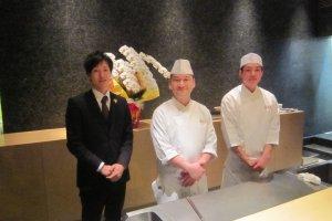 左から、ソムリエの木嶋 祐平氏、中央: 料理長、畑地 久満氏、右、見習い中とのことで名前を教えてもらえなかった。畑地氏のもとで学べば、将来名シェフになること間違いなしだ