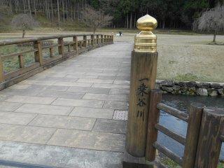 一乗谷朝倉氏遺跡入口付近を流れる一乗谷川。この川に沿って進む