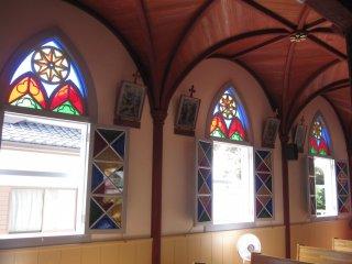 Jendela dengan kaca patri di Gereja Ekuburo