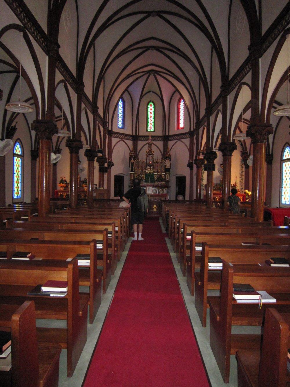 入口から望む青砂ヶ浦天主堂内部
