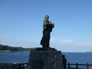 The statue of Sakamoto Ryoma is on the hilltop overlooking the sea where he lost his friends