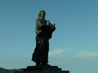 The statue of Sakamoto Ryoma I love! He joins his hands together in prayer for the lost friends he worked with at Kameyama-Shachu, the first company in Japan he founded in 1865