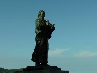 大好きな龍馬の銅像。海に向かって手を合わせ、遭難した亀山社中仲間の冥福を祈っている
