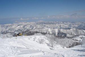 山頂からの眺め。ぐるっと囲む長野の山々が美しい/ The fabulous view from the mountain peak