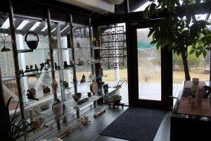 エントランスホールは陶器のギャラリーショップになっている