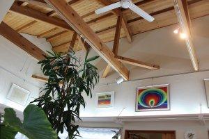 カフェ客室の天井はウッディーで高く開放的だ