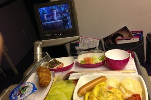 อาหารเช้าจากครัวการบินไทยที่มีให้เลือกสองแบบ พร้อมกาแฟหรือชาร้อนๆสักแก้ว กับดูหนังเรื่องโปรดสักเรื่อง อีกหนึ่งความสะดวกสบายบนเที่ยวบิน