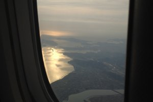 ตื่นมาพบแสงแรกของนาโกย่าในเช้าวันใหม่บนเครื่องบิน