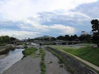 A fork in the Kamokawa river leads to the Takanogawa River on the left, while a secondary branch of the Kamogawa river continues to the right