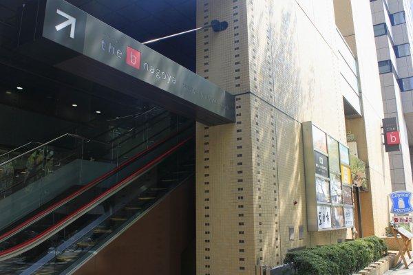 ทางขึ้นสู่ล็อบบี้ที่ชั้น 2 ประตูอีกด้านสามารถเข้าสู่ห้องพักได้เลยจากชั้น 1 โดยไม่ต้องผ่านล็อบบี้