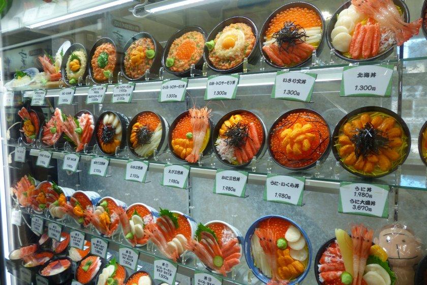 ภาพตัวอย่างเมนูอาหารทะเลตามร้าน ราคาตั้งแต่ 1,300 - 3,670 เยน