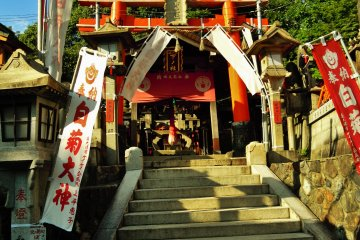 <p>A smaller shrine on the way to the top.</p>