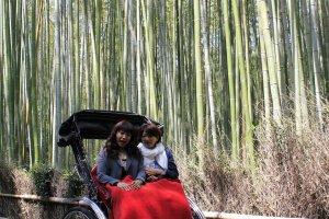 สำหรับผู้ที่อยากนั่งรถลากไปยังที่ต่างๆใน Arashiyama มีบริการถ่ายรูปให้ด้วย