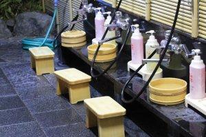 เราต้องชำระล้างร่างกายให้สะอาดก่อนที่จะลงไปใช้อ่างน้ำร่วมกับคนอื่น