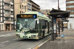 Sanjo Gion là một địa điểm tốt để lên xe buýt, đặc biệt là nếu đến bằng tàu Hankyu hoặc Keihan