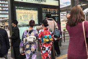 Trạm xe buýt ga Kyoto nằm ngay bên ngoài lối ra phía Bắc của ga xe lửa