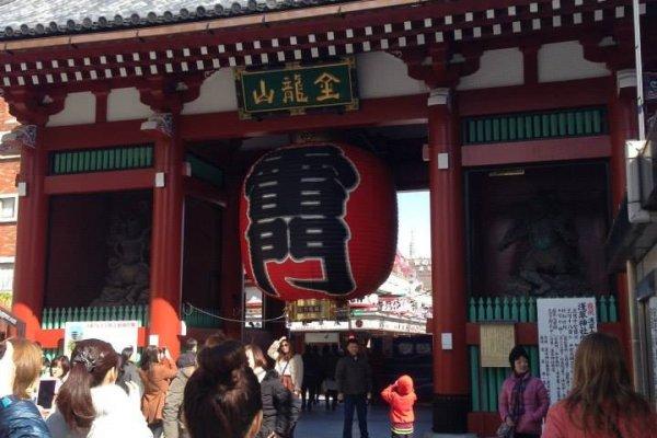 ด้านหน้าประตูทางเข้าวัดเซนโซจิ จะมีโคมแดงรอนักท่องเที่ยวเข้ามาแวะชมครับ