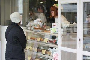 หน้าร้านนั้นมีโดนัทให้เลือกอร่อยหลากหลายรสชาติ สอบถามความอร่อยชวนชิมได้ตามใจชอบ ;)