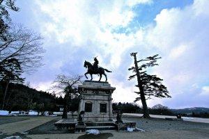 รูปปั้นของดาเตะ มาซะมุเนตั้งอยู่ในบริเวณที่เคยเป็นปราสาทเซนไดบนภูเขาอาโอบะ