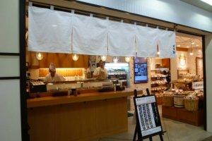 ด้านในก็ยังมีร้านซูชิแบบยืนอร่อยติดอันดับมิชชินลิน ชื่อร้านIsezushi แวะเวียนกันมาชิมได้ในราคาที่ไม่แพงครับ