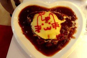 ข้าวห่อไข่ราดแกงกะหรี่พร้อมฝีมือการวาดรูปน่ารักๆของน้องเมด