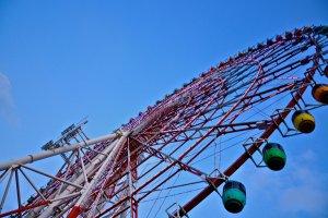 แหงนหน้ามองดู Ferris Wheel หนึ่งในแลนมาร์ค ของโอไดบะ