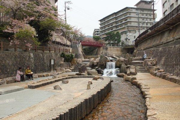 ลำธารน้ำตกที่อะริมะออนเซ็น สถานที่ที่คนญี่ปุ่นนิยมมาเดินพักผ่อน
