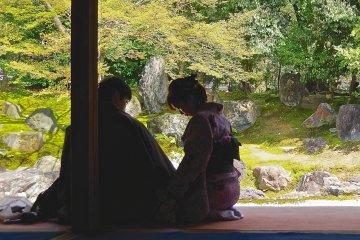 """일본식 """"로지아""""에서 휴식을 취하는 커플"""