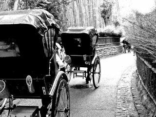 人力車で嵯峨野竹林の道を楽しむ観光客