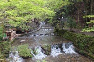ลำธารน้ำตกหมู่บ้านคิบุเนะที่อันที่จริงๆต้องกางที่นั่งให้รับประทานอาหารกลางลำธาร (คาดว่าผมคงไปวันธรรมดาเค้าเลยไม่จัดที่นั่งกลางลำธาร)