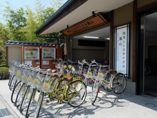 ร้านเช่าจักรยานหน้าสถานี ค่าเช่าอยู่ที่ 900 เยน